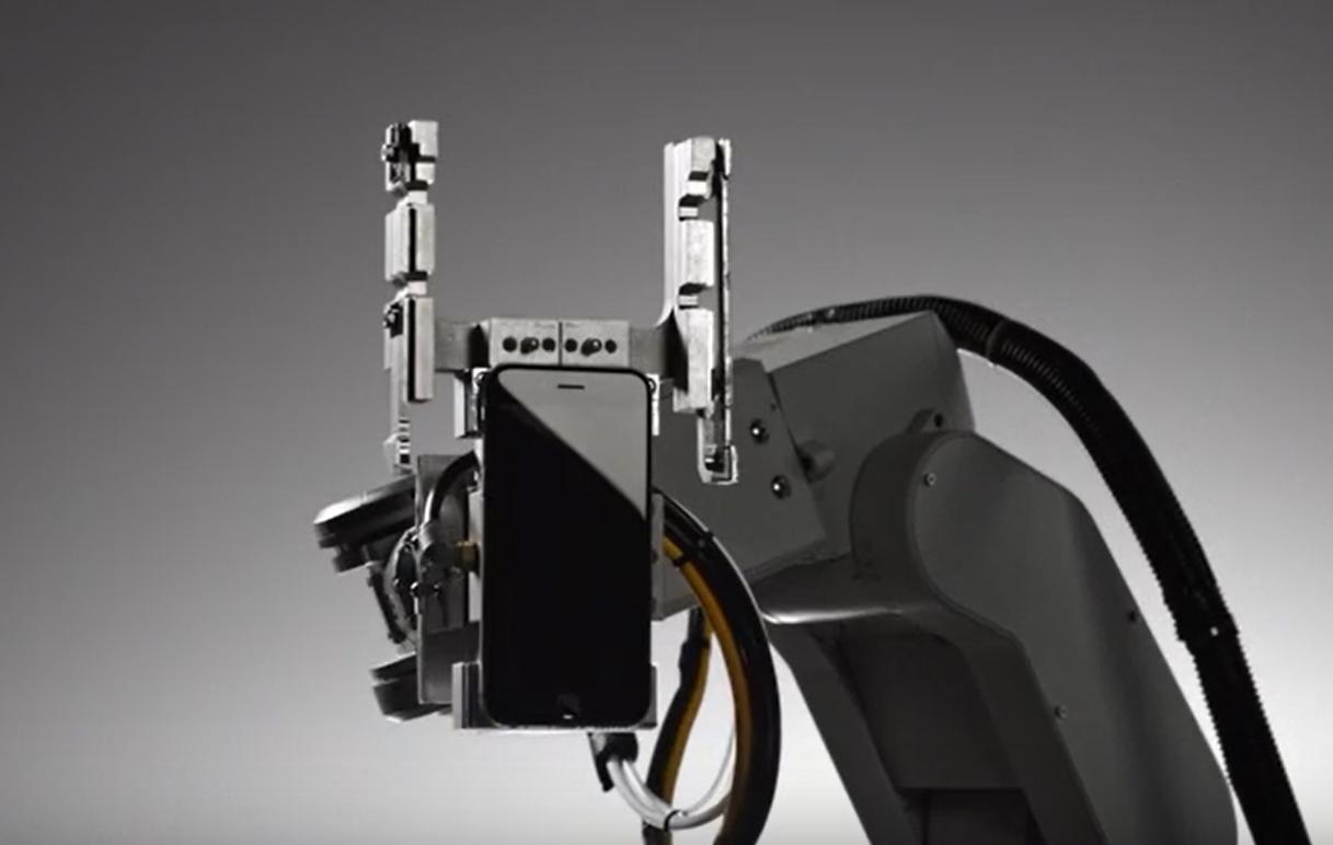 解体ロボットまでセクシー「iphone分解ロボットが未来を感じる」