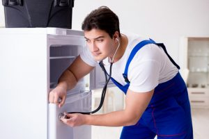 冷蔵庫からカタカタと異音がするときの原因と対処方法